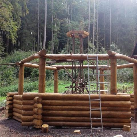 Dřevěný altán s ohništěm